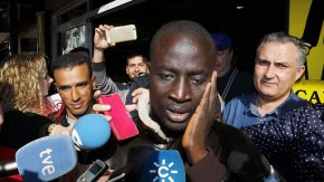 Người đàn ông nhập cư hiện đang thất nghiệp này vẫn còn bồi hồi khi được các phóng viên hỏi về cảm xúc của mình.