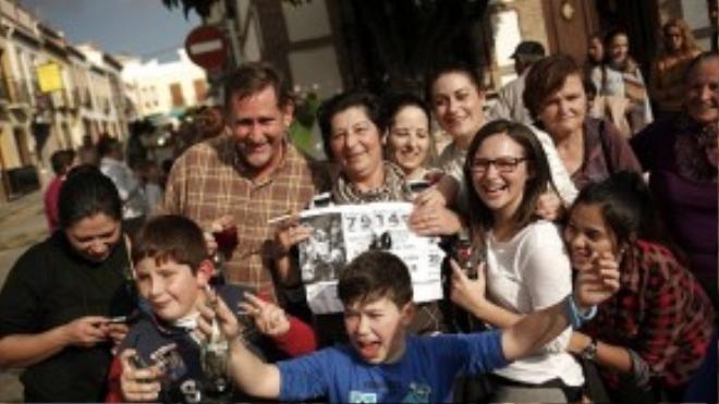 Người dân thành phố Roquetas de Mar ăn mừng trúng sổ xố độc đắc.