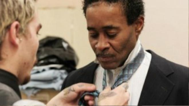 Một nhân viên của Christopher Schafer Clothier đang chỉnh y phục cho một người đàn ông vừa ra tù.