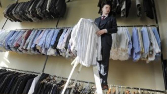 """Seth Schafer đang tìm đồ cho """"khách hàng"""" thử. Ảnh: Baltimore Sun"""