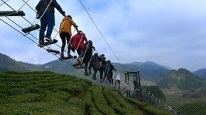 Lối đi bộ trên không được tạo nên nhờ các sợi dây thừng, phục vụ du khách tham quan những đồi chè trong một công viên thuộc huyện Tuyên Ân, tỉnh Hồ Bắc, Trung Quốc.