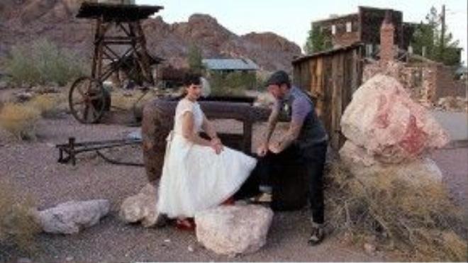 Tại thị trấn ma Eldorado bị bỏ hoang ở Nevada (Mỹ), nhiều cặp đôi có thể chụp ảnh cưới với phông nền và đạo cụ là các tòa nhà cũ, xe cổ, máy bơm ga và thậm chí cả xác một chiếc máy bay. Ảnh: Daily Mail
