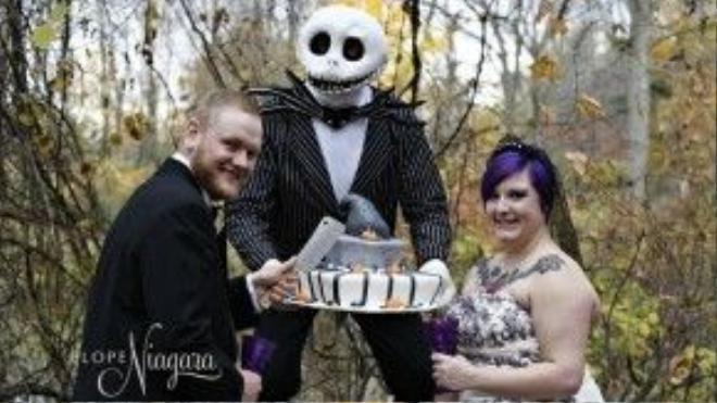 """Các cặp vợ chồng yêu thích phong cách Halloween có thể lựa chọn trải nghiệm """"có một không hai"""" của trung tâm tổ chức cưới Elope Niagara (Canada). Tại đây, họ sẽkết hôn trước sự chứng giám củaJack Skellington -một nhân vật trong phim """"Ác mộng trước đêm Giáng sinh"""". Đồng thời, linh mục cửhành lễ cưới trongtrang phục ma quái sẽ đứng ratuyên bố mừng """"hai quỷ mới cưới"""". Ảnh: Elope Niagara"""
