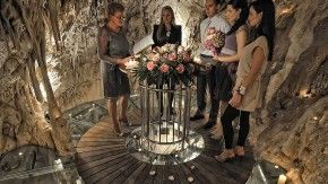 """Một cặp vợ chồng làm lễ cưới và nói """"Tôi đồng ý"""" bên trong hang động tại khu du lịch More ở Dubrovnik (Croatia). Hang động này còn có một tầng kính nhìn ra biển. Ảnh: David Postatny"""