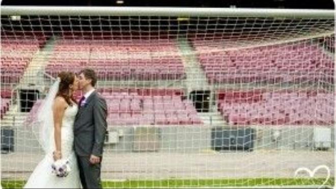 Sân vận động Nou Camp, ngôi nhà của FC Barcelona là địa điểm đám cưới hoàn hảo cho người hâm mộ của câu lạc bộ. Fan bóng đá có thể chụp ảnh trên sân cỏ và chụpvới những chiếc cúp của đội bóng. Ảnh: totfotografs
