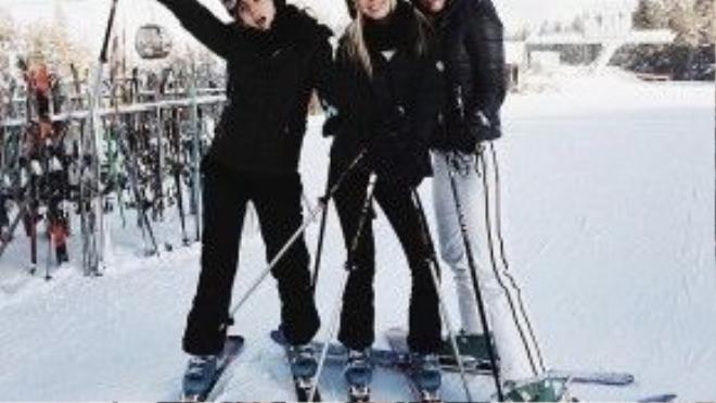 Công chúa Olympia của Hy Lạp (ở giữa) đã dành năm mới tại Aspen với bạn bè, trong đó có Kyra Kennedy (bên phải) và Caroline Bell (bên trái).