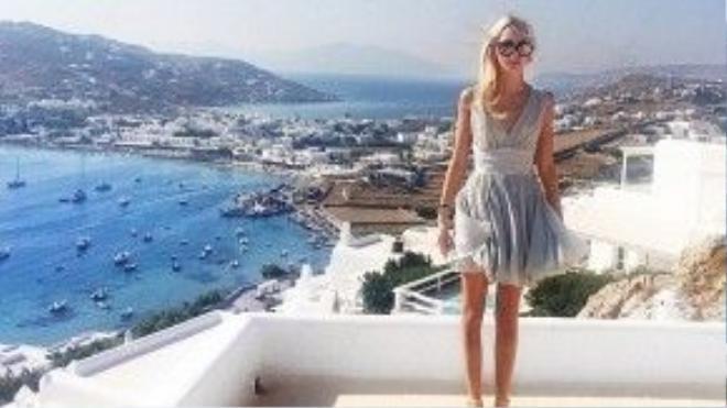 Năm ngoái, cô tận hưởng mùa hè hoành tráng cùng bạn bè tại hòn đảo Myokonos xinh đẹp và quyến rũ nổi tiếng của Hy Lạp.