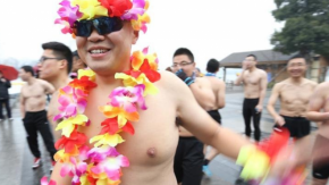 Anh trai Trung Quốc với phong cách Hawaii.