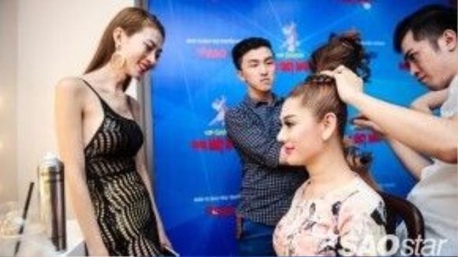 Sự góp mặt của người thân thiết giúp Lâm Chi Khanh có thể tự tin hơn cho phần trình diễn của mình.