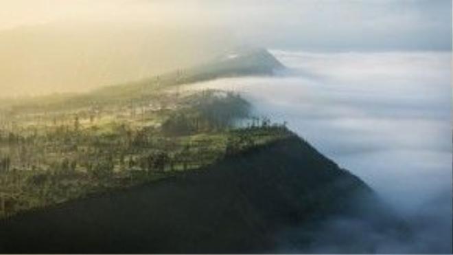 Bình minh đẹp như trong cổ tích trên núi Bromo nổi tiếng của Indonesia. Đây là ngọn núi lửa hoạt động, với chiều cao 2.329 m, thường xuyên chìm trong biển mây, thu hút nhiều du khách tham quan và các nhiếp ảnh gia.