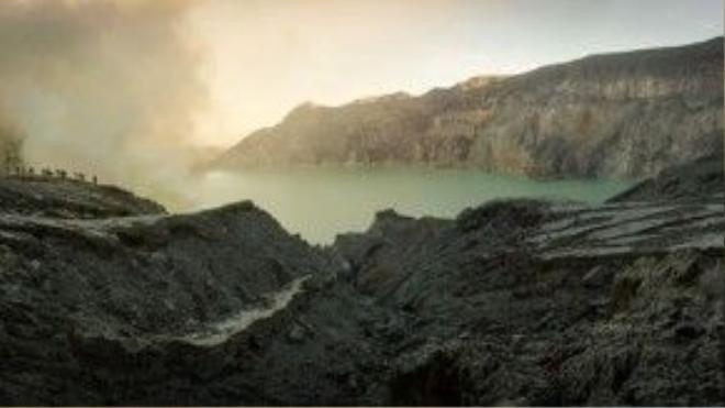 Nằm ở Đông Java, Indonesia, hồ Ijen nằm trên núi lửa Ijen có màu xanh ám ảnh. Nước hồ rất độc do có chứa axit. Đây cũng là nơi khai thác lưu huỳnh.