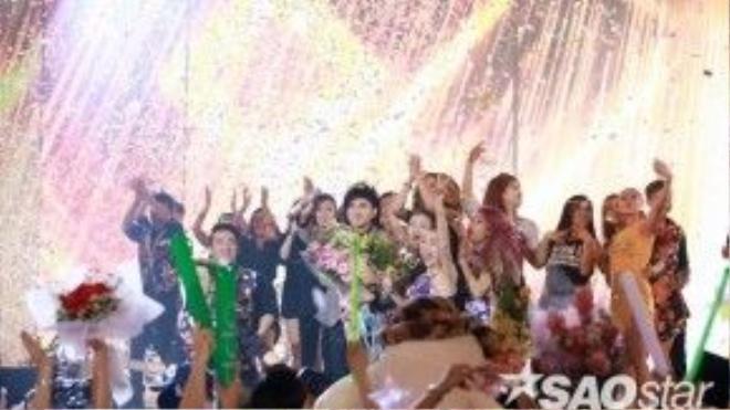 Các nghệ sĩ và fan ở lại chia vui cùng Đan Trường sau khi kết thúc liveshow cuối cùng một cách trọn vẹn, viên mãn.