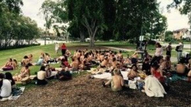 Ngày diễn ra buổi picnic, những người phụ nữ trong ảnh đã xuất hiện với bộ ngực trần. Ảnh: Amanda Haworth.