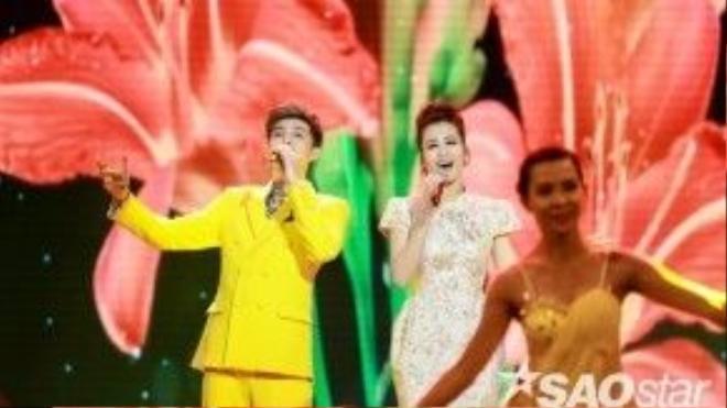 2 ca sĩcùng thể hiện ca khúc Ly rượu mừng trên sân khấu.