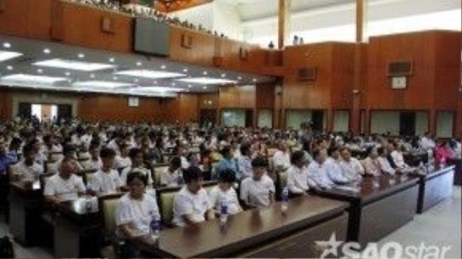 2.000 người khuyết tật, trẻ em mồ côi cùng các đại biểu và mạnh thường quân tề tựu tại hội trường Thành Ủy TP HCM sáng nay.