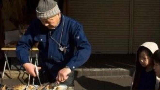 Các con ngõ cạnh chợ có vô số gian hàng bán đồ gốm, dụng cụ nhà bếp và thực phẩm đóng gói.