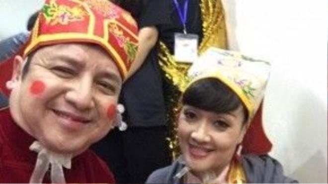 Nghệ sĩ Chí Trung và Vân Dung đều nở nụ cười rạng rỡ ở hậu trường Táo quân 2016.