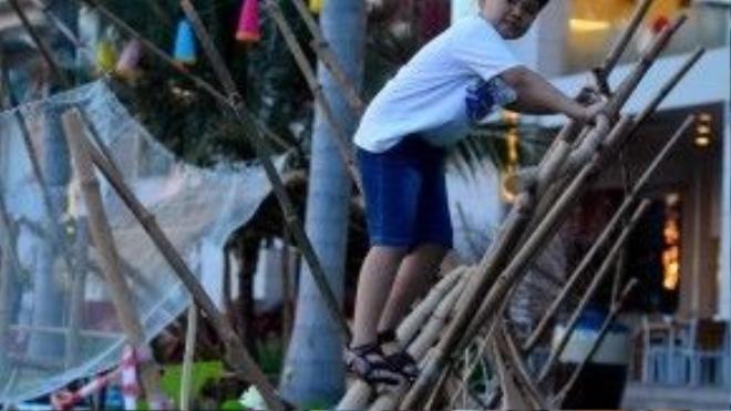Người dân thành phố có thể trải nghiệm đi thử cầu khỉ, nét đặc trưng của vùng sông nước miền Tây.