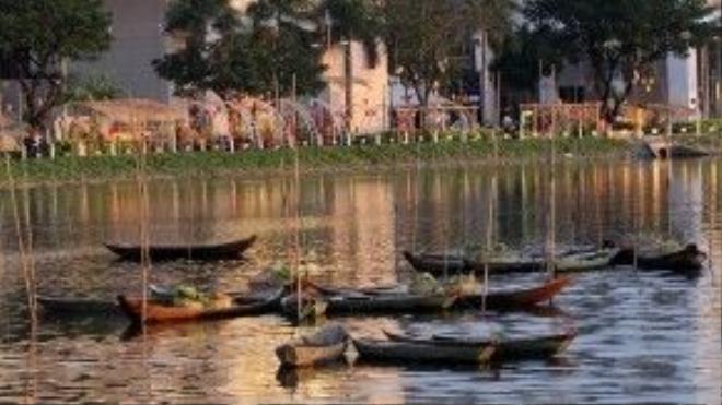 Chợ nổi với thuyền chở các loại hàng hóa được tái hiện giữa hồ Bán Nguyệt.
