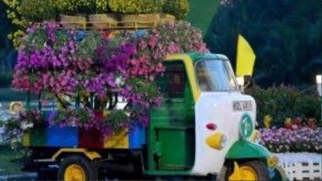 Chiếc xe lam mô phỏng chở nặng những giỏ hoa từ các tỉnh miền Tây hoặc làng hoa ở nông thôn Sài Gòn về trung tâm thành phố vào các dịp Tết.