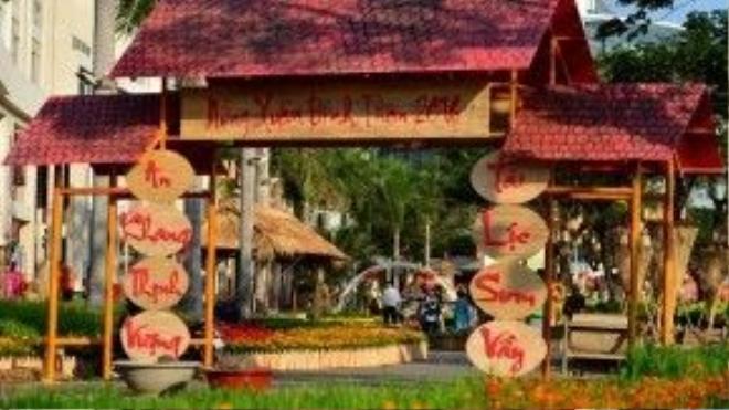 """Con đường hoa xuân dài gần 700m tại khu đô thị Phú Mỹ Hưng (TP HCM) có chủ đề """"Về làng"""", thể hiện không gian văn hóa làng quê ở cả ba miền đất nước với cổng làng, giếng nước, cầu khỉ…"""