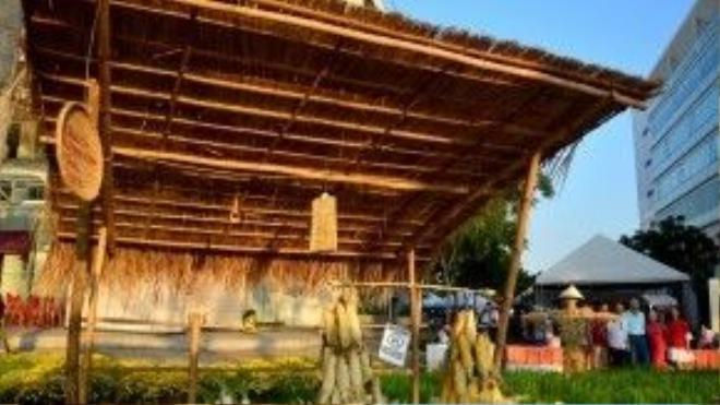 Sạp chợ quê bán các loại sản vật trồng được xung quanh vùng.