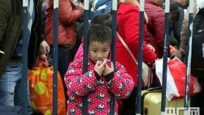 Ánh mắt đầy sợ hãi của những đứa trẻ theo bố mẹ về quê ăn Tết.