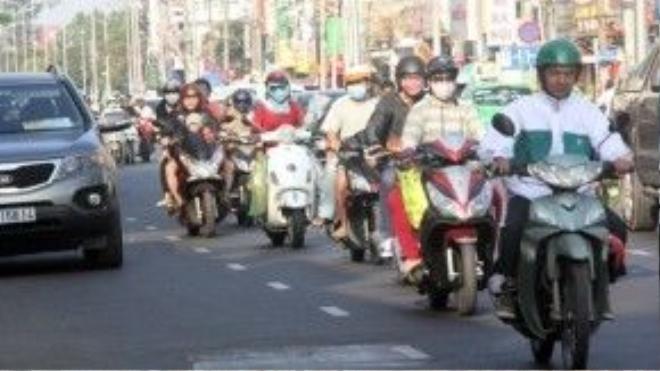 Sáng 7/2, nhiều người đi trên đường phố Sài Gòn phải mặc áo ấm.