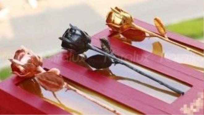 """""""Nhẹ ký"""" hơn một chút là bộ ba bông hồng mạ vàng, với giá từ 2 triệu rưỡi đến 4 triệu."""