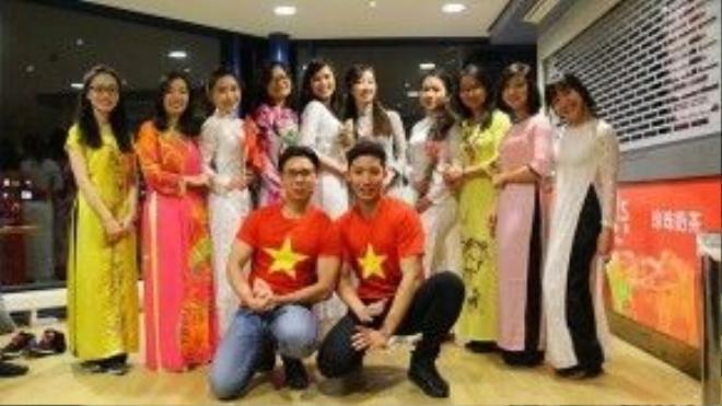 Nét đẹp của tà áo dài Việt được các bạn trẻ tôn vinh trên đất khách quê người.