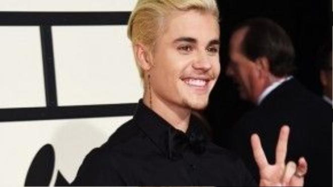 Bieber lịch lãm trong bộ vest trắng.