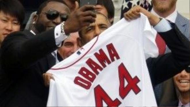 """David Ortiz chụp chung một bức ảnh """"tự sướng"""" với Tổng thống Barack Obama trong lễ vinh danh đội bóng chày Red Sox, đương kim vô địch thế giới năm 2013."""