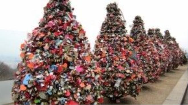 Khóa tình yêu ngập tràn khắp khu vực tháp N Seoul. Ảnh: blogspot