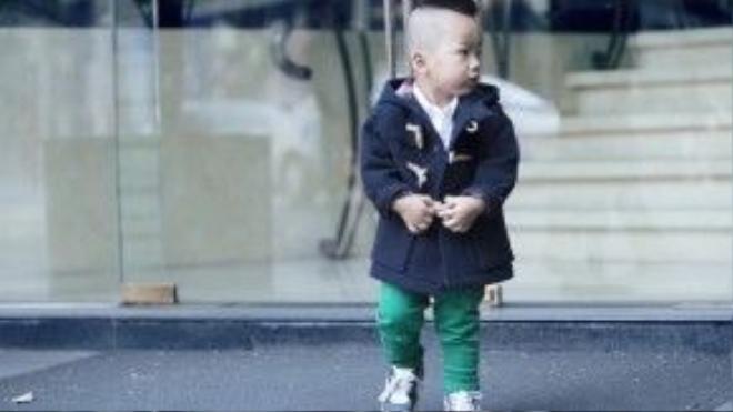 Nhóc tì 2 tuổi trông cá tính với áo sơ mi trắng kết hợp quần jeans tông xanh bạc hà dịu mát.