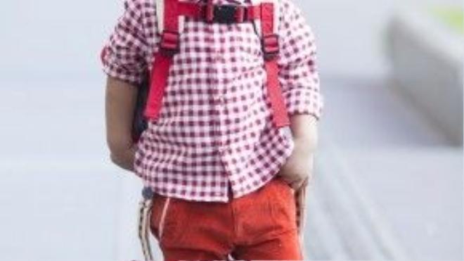 Sắc đỏ cam rực rỡ trên bộ trang phục của bé Nhím như thu gọn cả khoảng trời mùa xuân tươi tắn. Những phụ kiện đi kèm như: balo, kính mát… đều được nhà thiết kế Đỗ Mạnh Cường chọn phối mix&matchvới trang phục.
