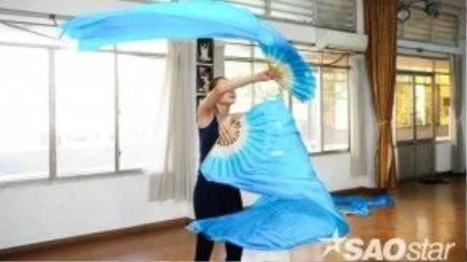 Đây là lần đầu tiên Lâm Chi Khanh múa quạt trên sân khấu.