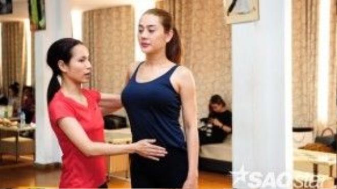 """Vợ của HLV Hồng Việt cũng """"ra tay"""" giúp đỡ Lâm Chi Khanh."""