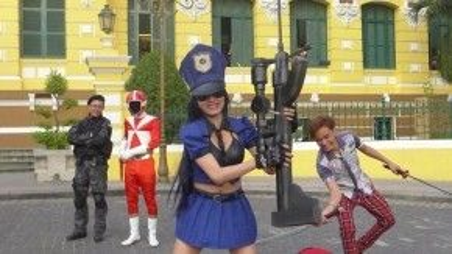 Nhiều bạn trẻ không khỏi phấn khích khi lần đầu tiên được nhìn thấy các nhân vật cosplay như thế giữa phố Sài Gòn.