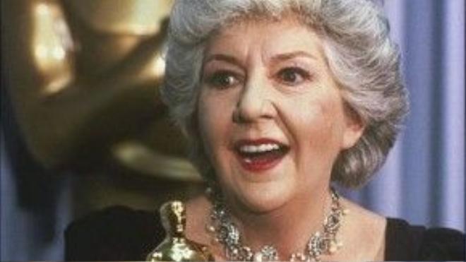 """Những lời cảm ơn từ lâu đã trở thành một phần không thể thiếu ở Oscar, Maureen Stapleton khi nhận tượng vàng năm 1982 không phải ngoại lệ. Tuy nhiên, sau khi Maureen Stapleton cảm ơn một danh sách dài những người cần phải cảm ơn, minh tinh cũng không quên chốt hạ: """"Tất cả những ai tôi từng gặp gỡ trong cuộc đời này!""""."""
