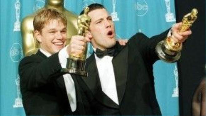 """""""Chẳng tài nào chúng tôi phát biểu dưới 20 giây được cả"""" – Ben Affleck hài hước chia sẻ khi nhận tượng vàng cùng người bạn thân Matt Damon ở mục Kịch bản gốc xuất sắc nhất cho phim Good Will Hunting (1997)."""