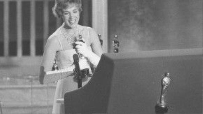"""Năm 1965, Julie Andrews được xướng tên ở hạng mục Nữ diễn viên chính xuất sắc, khi lên nhận giải, minh tinh Anh quốc đã tự dìm hàng bản thân: """"Tôi biết nước Mỹ nổi tiếng vì lòng mến khách, nhưng điều này thì thật tức cười quá"""". Dẫu vậy, không một ai trong chúng ta có thể phủ nhận chiến thắng của Julie Andrews cho Mary Poppins (1964) là xứng đáng."""