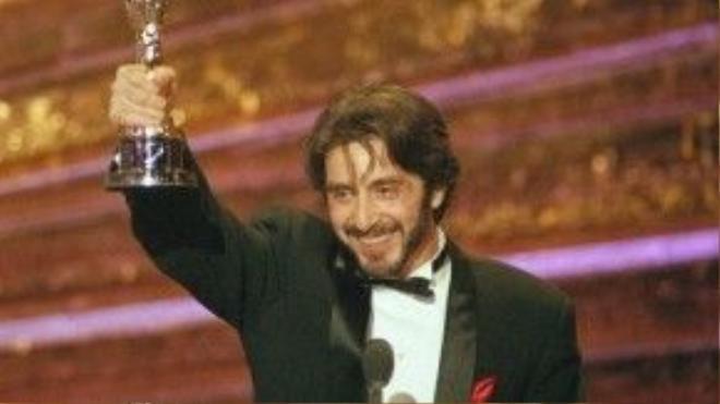 """Sau khi để trượt tượng vàng đến tận bảy lần, Al Pacino đã được xướng tên hạng mục Nam diễn viên chính xuất sắc cho Scent of a Woman (1992). Khi lên nhận giải, """"Bố già"""" hài hước phát biểu: """"Các người vừa mới phá vỡ thời kỳ toàn là đề cử của tôi rồi đấy""""."""