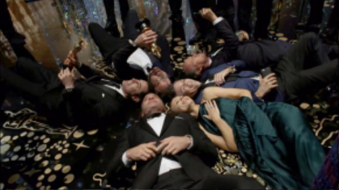 Đoàn làm phim Spotlight nằm ra sàn để chụp ảnh kỷ niệm sau chiến thắng quan trọng Phim xuất sắc nhất.