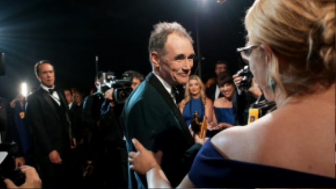 Meryl Streep chúc mừng nam diễn viên gạo cội Mark Rylance có Oscar đầu tiên trong sự nghiệp với vai phụ trong Bridge of Spies.