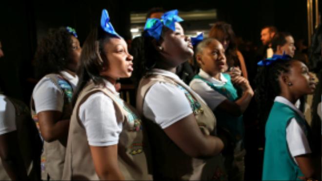 Các cô bé nữ sinh chờ tới lượt mình ra sân khấu. Năm nay, Chris Rock mời các em tới lễ trao giải Oscar để bán bánh gây quỹ cho các ngôi sao.