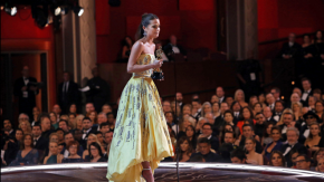 Alicia Vikander không kiềm nổi nước mắt khi trở xuống sân khấu. Năm nay, cô giành được tượng vàng danh giá cho vai phụ trong The Danish Girl.