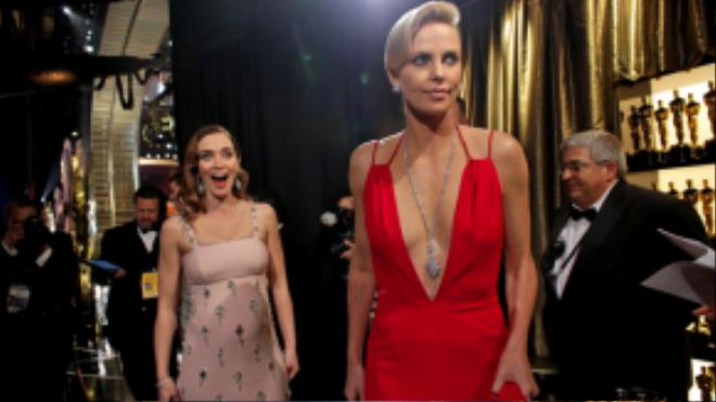 Emily Blunt và Charlize Theron rạng rỡ trong hậu trường. Cả hai cô đào đều có mặt trong bộ phim The Huntsman: Winter's War ra mắt cuối tháng 4 năm nay.