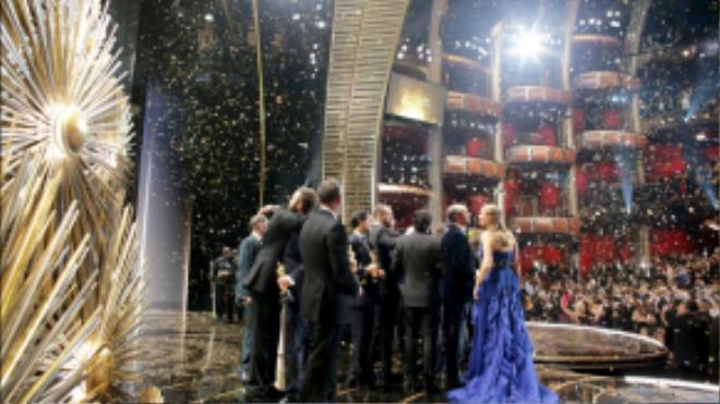 Những chủ nhân mới của tượng vàng chìm trong biển hoa giấy chúc mừng rơi xuống khi tấm màn sân khấu chuẩn bị hạ xuống.
