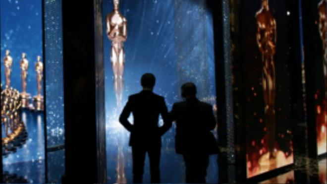 Eddie Redmayne sửa soạn trước khi lên giới thiệu các ứng viên cho giải Nữ chính xuất sắc nhất. Năm nay anh ra về trắng tay dù có một đề cử Nam chính cho vai diễn chuyển giới trong The Danish Girl.
