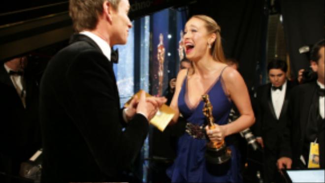 Người đồng nghiệp Brie Larson chia sẻ niềm vui của cô với Eddie Redmayne sau khi thắng giải Nữ chính xuất sắc.